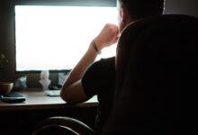 homme devant son ordinateur cherchant comment créer un site Web gratuitement