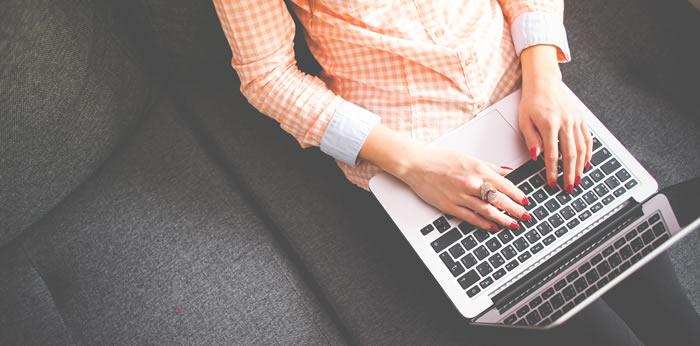 femme avec son ordinateur écrivant un article de blog