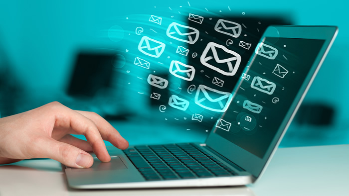 écran d'ordinateur recevant beaucoup d'email courriels