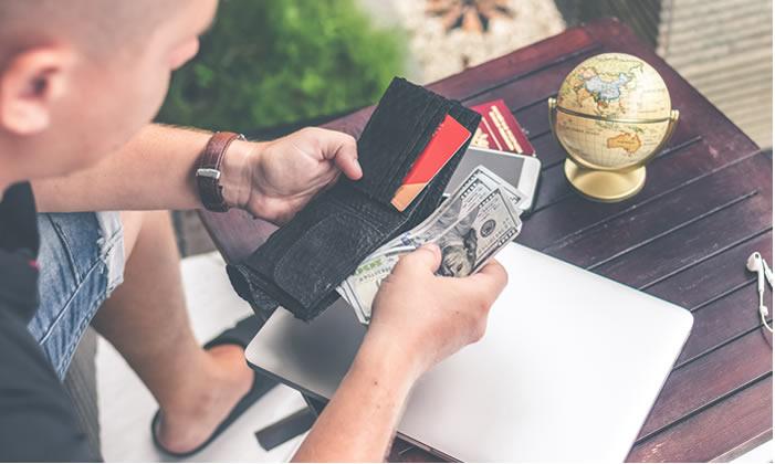 homme compte son argent dans portefeuille