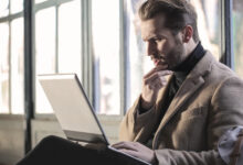 homme devant son écran d'ordinateur
