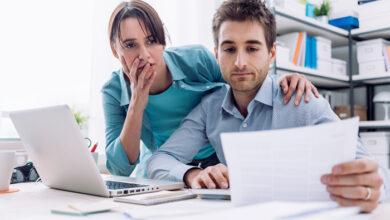 homme et femme perplexe pourquoi leur carte de crédit a été refusée