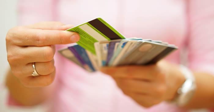 main comptant beaucoup de cartes de crédit