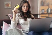 femme avec carte de crédit dans la main sur le sofa
