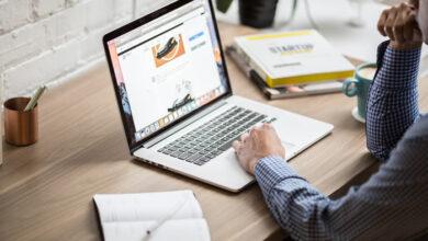 homme devant son ordinateur pour chercher les meilleurs sites internet pour faire de l'argent